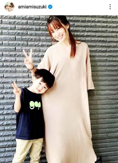 鈴木亜美、長男と笑顔でピースする親子SHOTに「おっきくなりましたね」「素敵です」サムネイル画像!