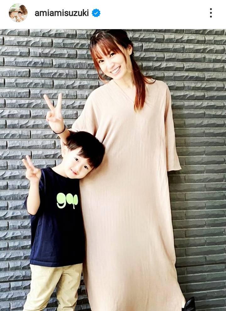 鈴木亜美、長男と笑顔でピースする親子SHOTに「おっきくなりましたね」「素敵です」