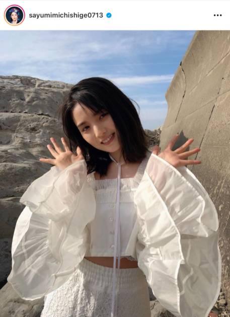 道重さゆみ、スリットから美脚チラりなホワイトコーデを公開「天使が舞い降りた」「神々しい」サムネイル画像!
