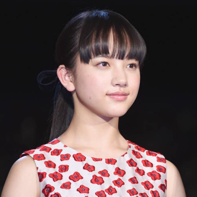 「めっちゃ美人…」清原果耶、クールな微笑みを浮かべた花柄ドレスSHOTに反響「カッコ良い笑顔」