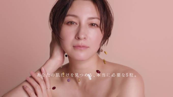広末涼子が、デコルテあらわなスタイルで透明感たっぷりの素肌美を披露した新TVCM公開