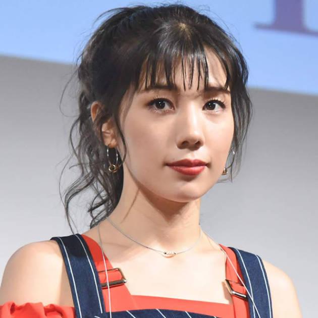 仲里依紗、美脚際立つ個性派ショーパンコーデSHOT公開「足ほっそっ」「顔ちっさ」サムネイル画像!