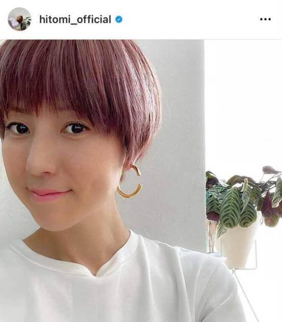 hitomi、ピンク系ヘアへのイメチェンSHOTに「かわいい色」「同じ髪型にしたい」の声サムネイル画像!