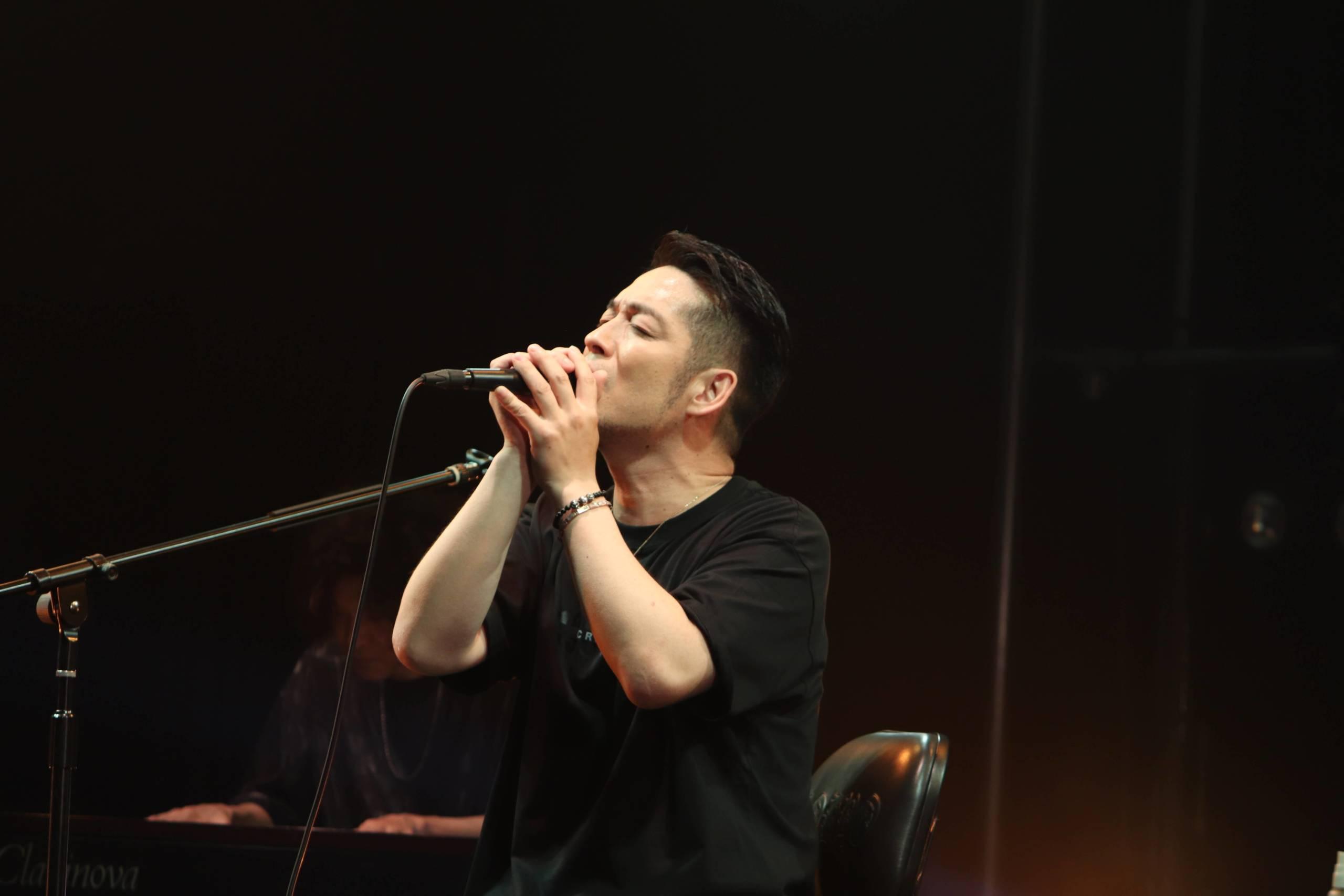 ロックアーティストとして歩んだ証と、ロックスターになるための歩み。デビュー20周年目前の清木場俊介、配信「ENLARGE BAR」ライブレポート!