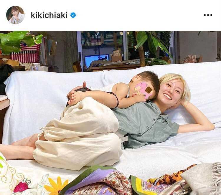 伊藤千晃、息子との寄り添い寝ころびSHOTに「素敵な写真」「天使が2人」の声