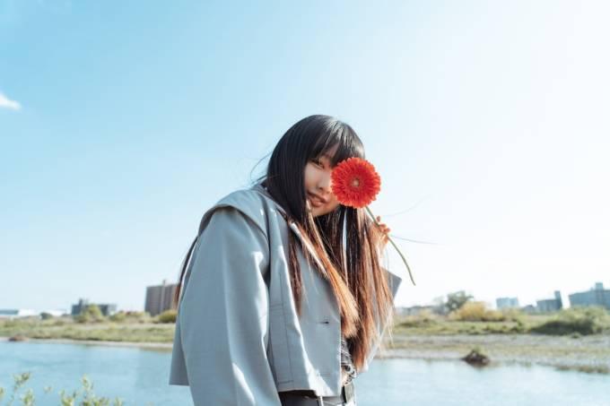 荒井麻珠、自身初となるアコースティックセットによる無料配信ライブを開催!1万人を超える視聴者が、彼女の歌声に歓喜