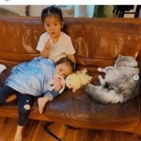 土屋アンナ、優しい長女が次女を抱っこするほっこりSHOTに「とっても可愛い姉妹」「癒されました」