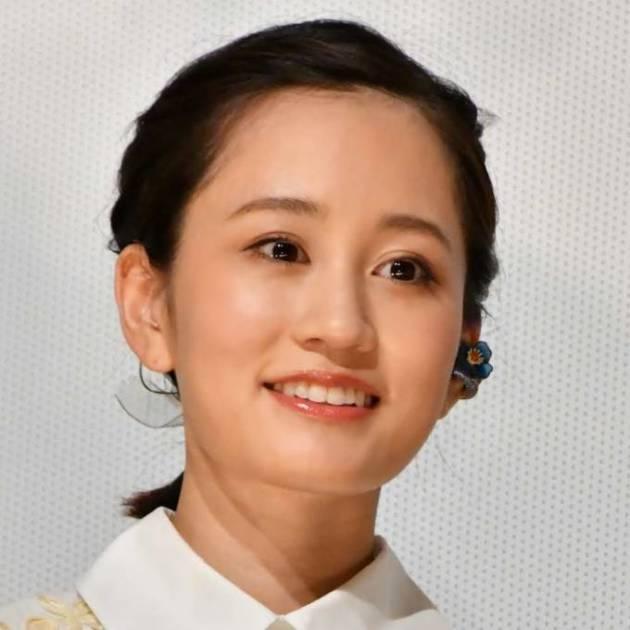 「小顔美人」前田敦子、シックなシャツ×ロングスカートSHOTに反響「スタイル良い」「綺麗!」サムネイル画像!