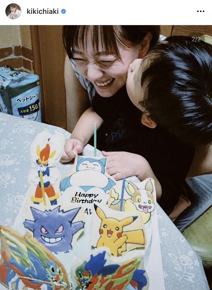 """伊藤千晃、息子の4歳誕生日を報告&""""キスSHOT""""公開し反響「とても幸せそう」「素敵な親子写真」"""