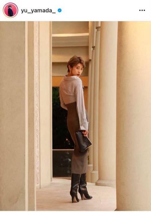 山田優、ハイウエストのタイトスカートSHOTに反響「スタイル素敵すぎ」「めっちゃスレンダー」