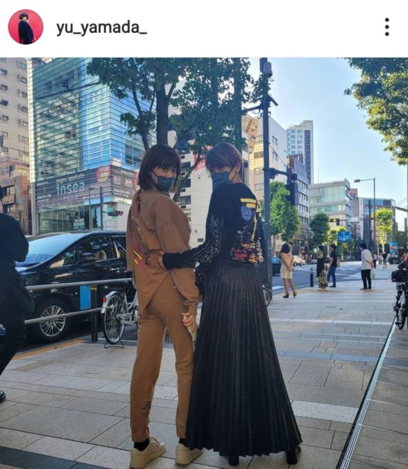 山田優、美スタイル際立つロングスカートコーデに反響「かっこえー」「足が長い!」