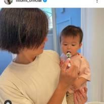 hitomi、夫が三男を抱っこした2SHOT公開&もうすぐ1歳の近況を綴る「食べる時は…」