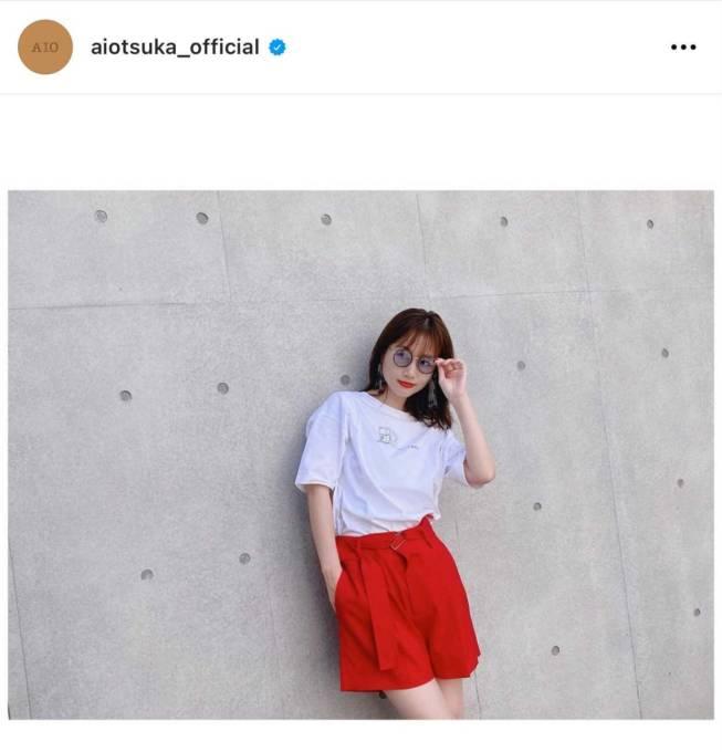 「足きれい」大塚愛、美脚チラりのライブTコーデに反響「スタイルが良すぎる」