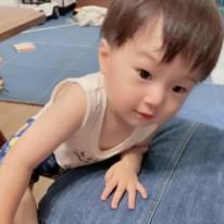 """鈴木亜美、1歳5ヶ月の次男からの""""いい子いい子""""SHOTに「可愛い~」「ママ思い」の声"""