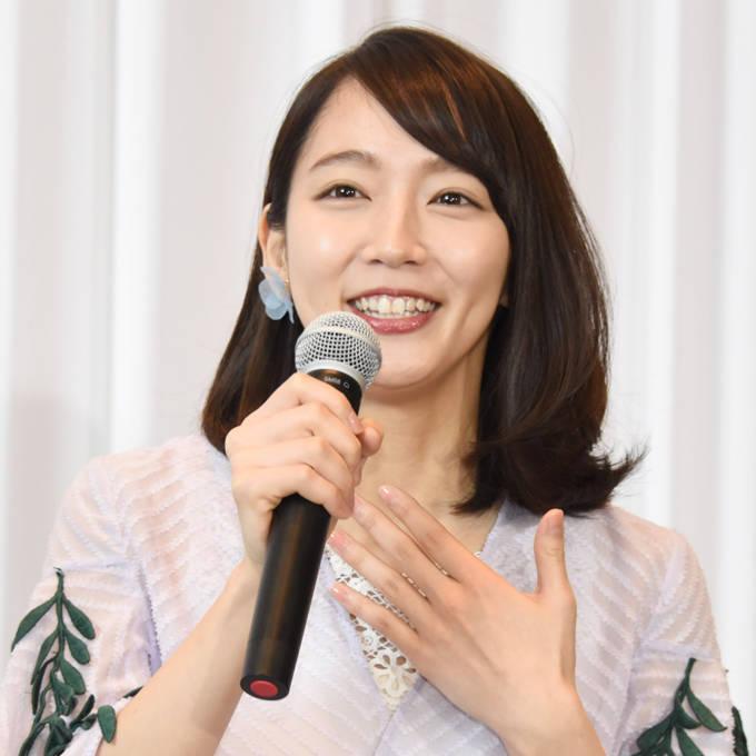 吉岡里帆、デコ出し&メガネ姿のナチュラルSHOTに反響「色白なお顔と手が綺麗ですね」「めっちゃ可愛い」