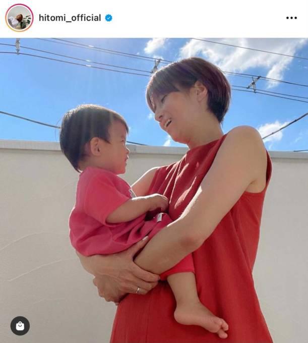 hitomi、鮮やかカラーの親子コーデ披露し反響「素敵」「親子可愛い」