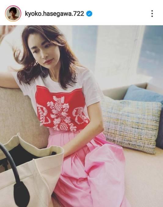 """長谷川京子、ピンクパンツが映える""""大人かわいい""""コーデに「オーラでてますね」「素敵」の声"""
