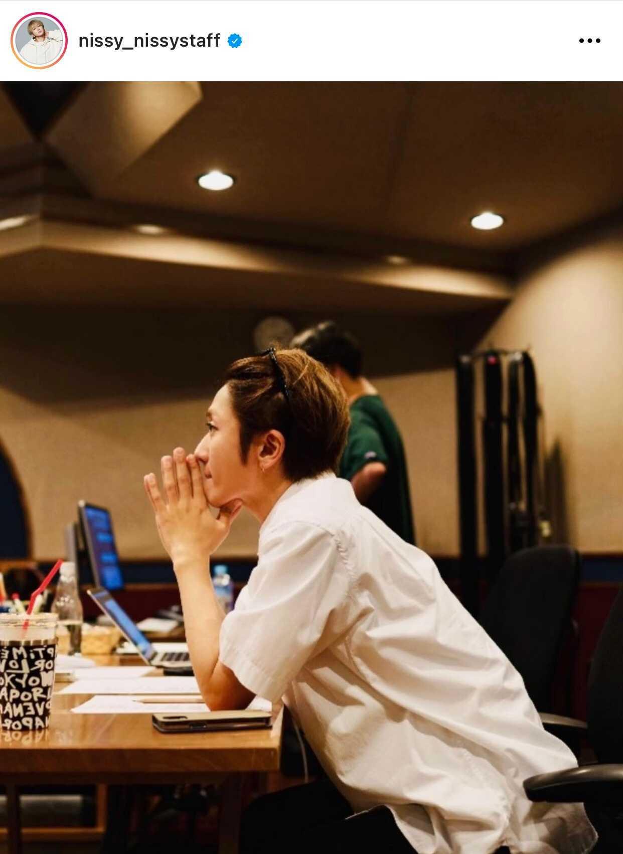 Nissy(西島隆弘)、レコーディング中のおでこ出し横顔SHOTに反響「変わらずカッコイイ」「歌ってる姿すき」