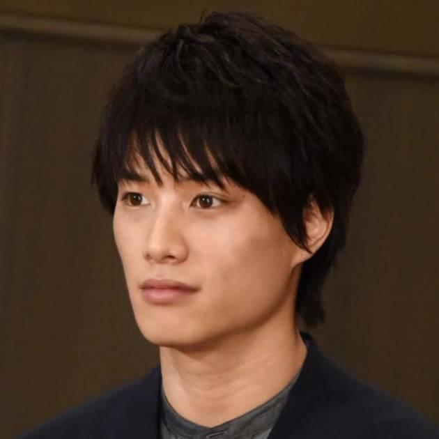 鈴木伸之、振り返りカメラ目線のオフSHOTに反響「横顔きれいすぎる」「カッコイイ」サムネイル画像!