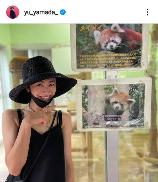 山田優、名前がお揃いな動物の写真の前で笑顔SHOT「両方かわいい」「素敵すぎますね」サムネイル画像!