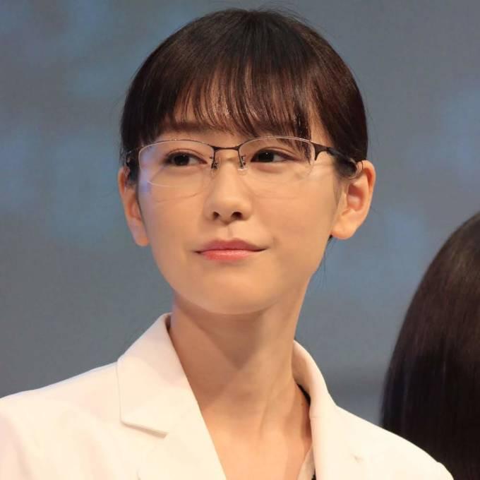 """「肌綺麗」桐谷美玲、""""ドアップ""""のアクセサリー見せSHOTに反響「めっちゃ可愛い」"""