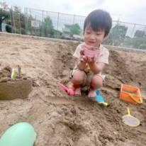 辻希美、夫・杉浦太陽とのお揃いエプロン姿&元気に遊ぶ三男SHOT公開「砂まみれになりながら…」