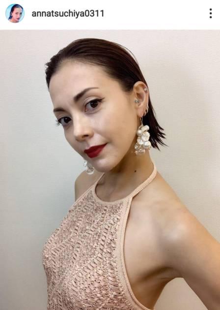 「筋肉美最高」土屋アンナ、大胆に背中を披露した美BODYドレス姿に絶賛の声「最強美人ママ」「PERFECT」サムネイル画像!