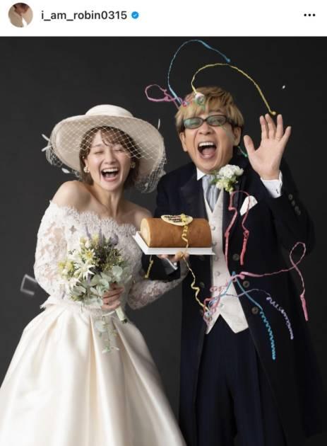岡田ロビン翔子、山寺宏一と笑顔溢れるウエディングフォトに「めちゃ良い写真っ」「お似合いですね!!」の声サムネイル画像!